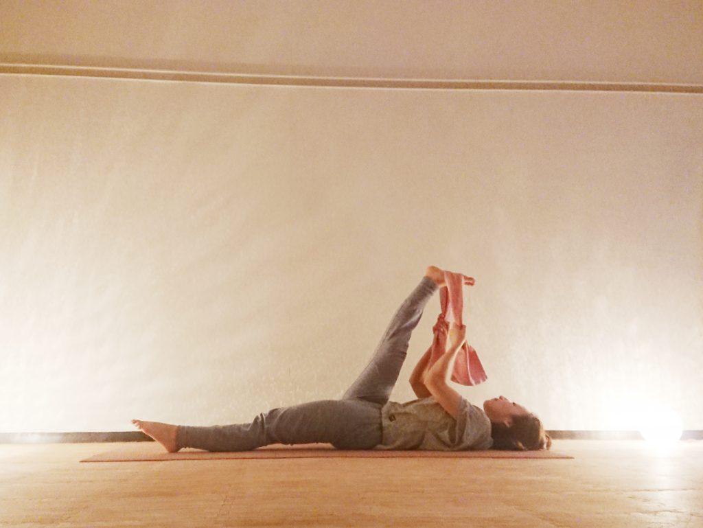 足の疲れスッキリ♪タオルを使って寝たまま簡単「仰向けで足を上げるポーズ」 by ヨガインストラクター kayoさん