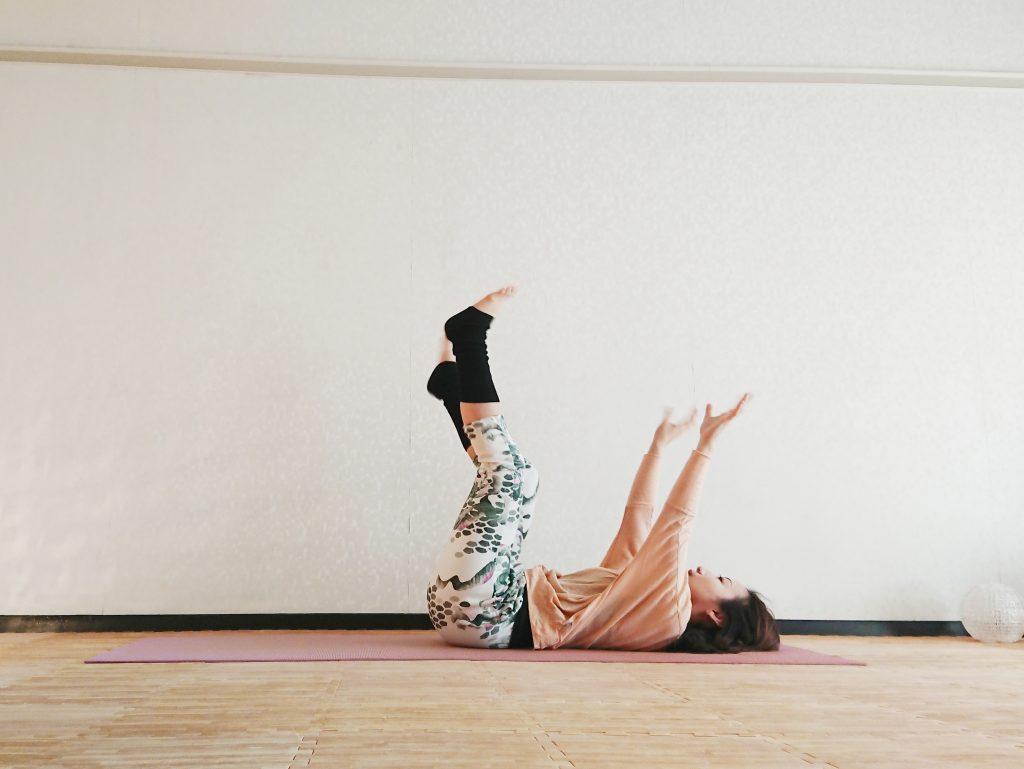 寝る前1分で全身スッキリ!寝たまま簡単「手足ブラブラのポーズ」 by ヨガインストラクター kayoさん