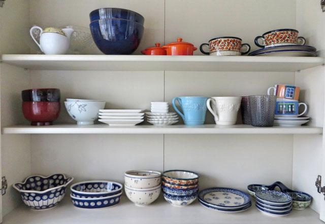 食器棚の中の皿