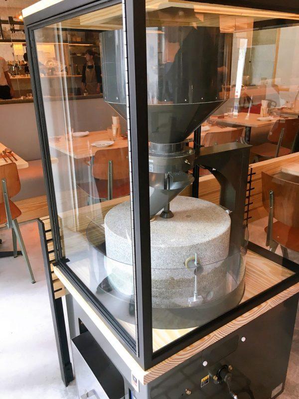 【浜松町】魅力いっぱいモーニングが揃った新ベーカリー「BARTIZAN Bakery&Cafe」の石臼
