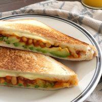 フライパンで完成!焼き時間3分「とろけるチーズのサルサホットサンド」