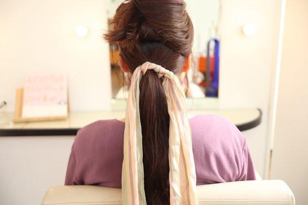 三つ編みとスカーフのヘアアレンジ