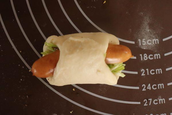 こねないから簡単!「ウインナーとキャベツのロールパン」