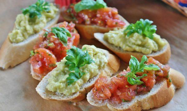 トマトアボカドトースト