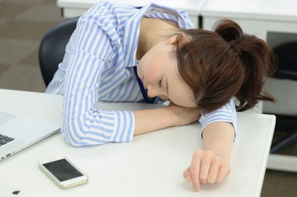 睡眠不足の働く女性