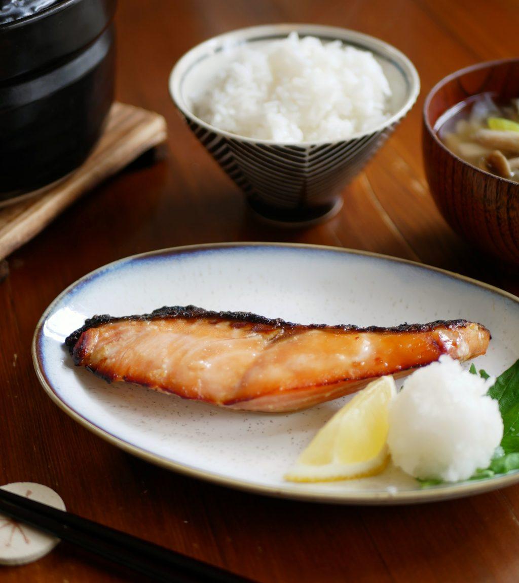 一晩漬けるだけで簡単!新米の季節にぴったり「鮭の味噌漬け」