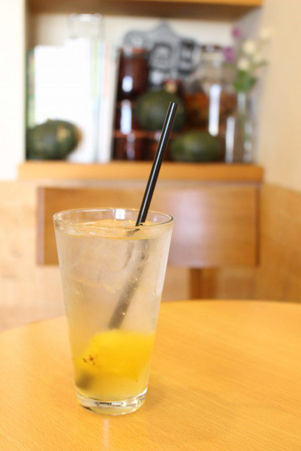 こじか食堂の「季節の酵素ジュースの炭酸割り」