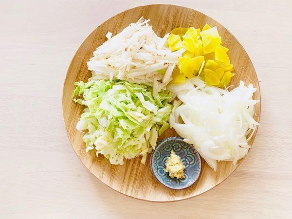キャベツ、山芋は千切りに、玉ねぎは薄くスライス、人参は短冊切りに、生姜はすりおろしておく。