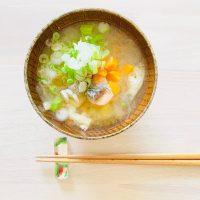 冷えとストレスを同時にケア!生理痛を和らげる「鮭と玉ねぎの味噌汁」