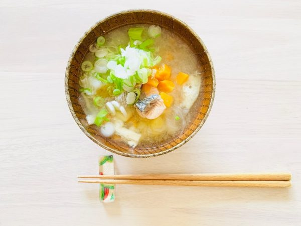冷えとストレスを同時にケア!生理痛を和らげる「鮭と玉ねぎのお味噌汁」