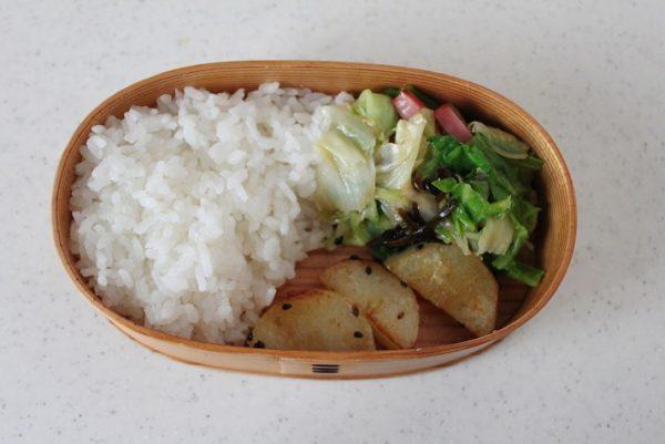 塩昆布炒めを右奥に入れて、じゃがいもを空いた部分に敷く。