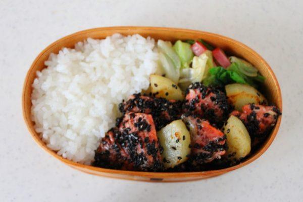 塩昆布炒めにたてかけるように奥から塩鮭とじゃがいもを詰めていく。