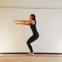 ヨガで冷え対策!下半身を鍛えてポカポカ「腰かけのポーズトレーニング」