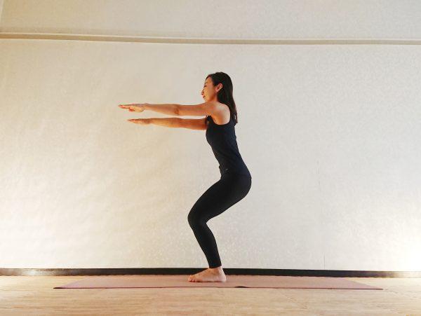 ヨガで冷え対策!下半身を鍛える「腰かけのポーズトレーニング」