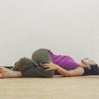寝たまま簡単♪腰の疲れに効くヨガ「ホラ貝のポーズ」