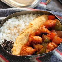 同時進行で時短!中華の定番「豚こま酢豚」「マヨオムレツ」の2品弁当