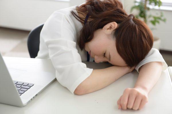 昼寝をする女性