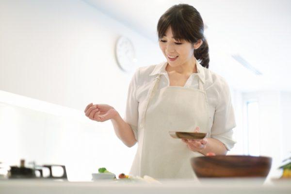 笑顔で料理する女性