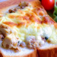 晩ごはんのおかずをのせるだけ!簡単リメイク「麻婆豆腐トースト」