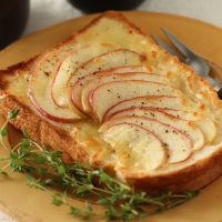 食パンで簡単!フルーツ&チーズがおいしい「ごちそうトースト」アイデア