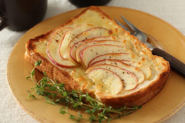 「りんご」と「シュレッドチーズ」のごちそうトースト