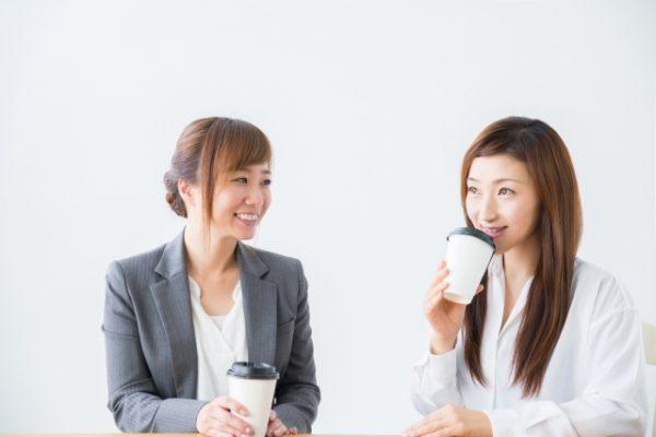 雑談する女性