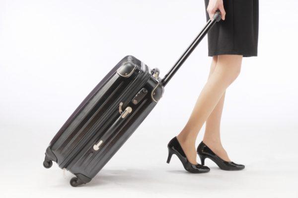 出張に出かける女性