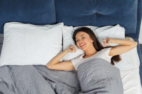 ぴったり合う枕で眠る女性