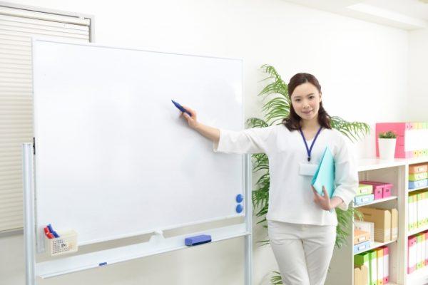 会議で説明する女性