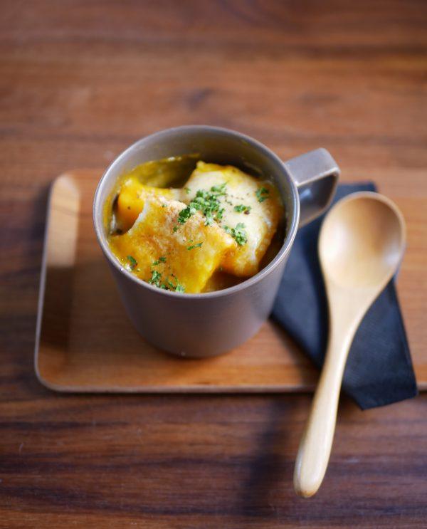 レンジ40秒!スープの素で簡単あつあつ「マグカップパングラタン」