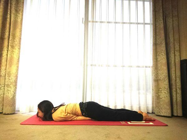 寝たまま足を上げるだけ!ヒップアップに効く「バッタのポーズ」のバリエーション
