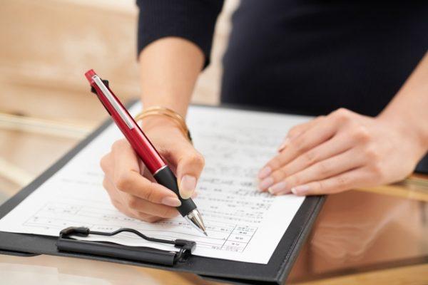 用紙に書く女性