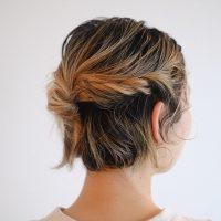 こうすれば崩れにくい!ねじった髪を「アメピン」だけで留める簡単なコツ