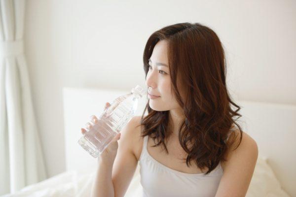 朝水を飲む女性