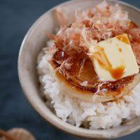 5分焼くだけで簡単!絶品「新玉ねぎのおかかバターご飯」