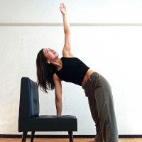 椅子ヨガで簡単デトックス。老廃物を排出する「回転三角のポーズ」