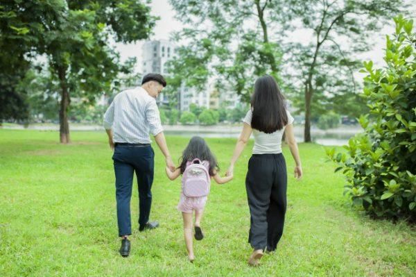 公園に出かける家族