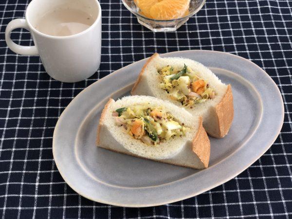 片手でたっぷり野菜が食べられる!簡単「ポケットサラダパン」