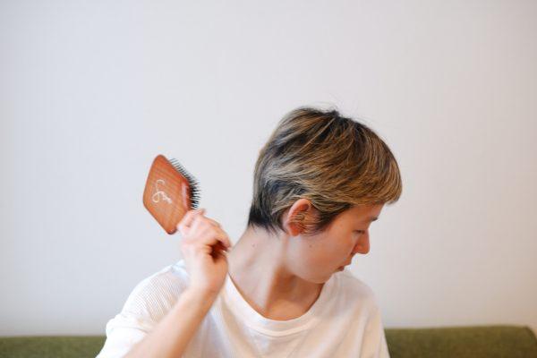 髪をとかすだけじゃない!3ステップで爽快「ヘアブラシ」マッサージ