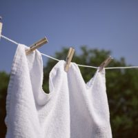 「洗濯物を干す」を英語で言うと?