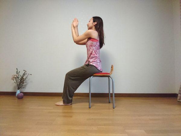 椅子ヨガで肩こりスッキリ!腕の動きだけで簡単「ワシのポーズ」♪
