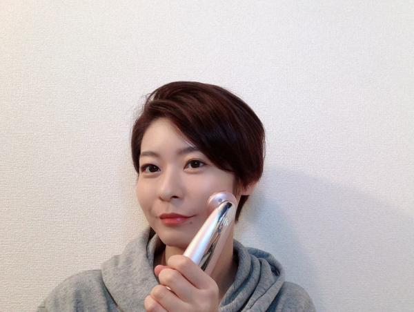 美顔器を使う廣松叶子さん