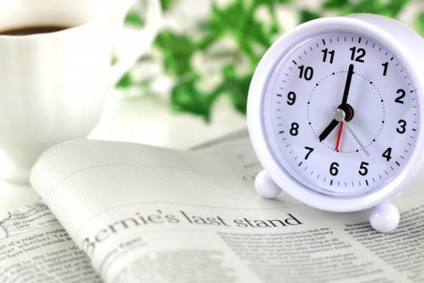 時計と新聞、コーヒー