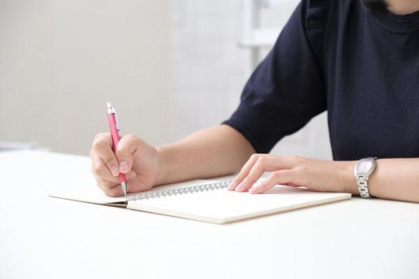 ノートをとる女性
