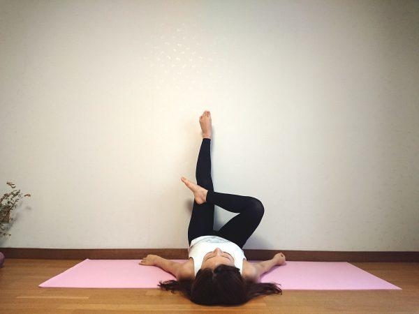 足の疲れがスッキリ!寝たままできる柔軟体操「壁ヨガ」