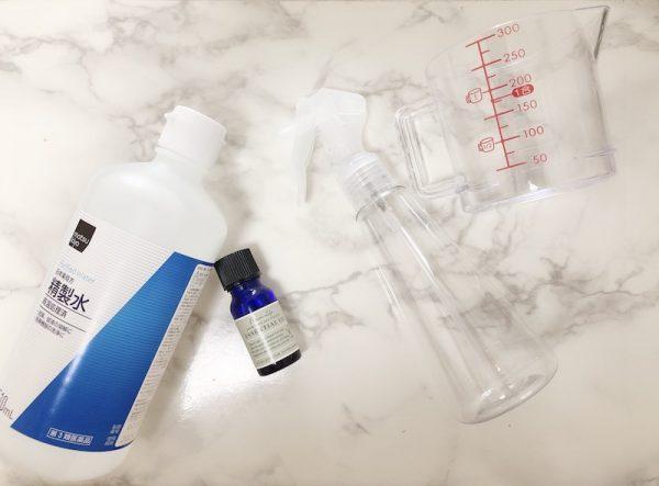 アロマオイル精油(100%のもの)、精製水、ビーカー、スプレー容器または遮光瓶を用意しましょう。
