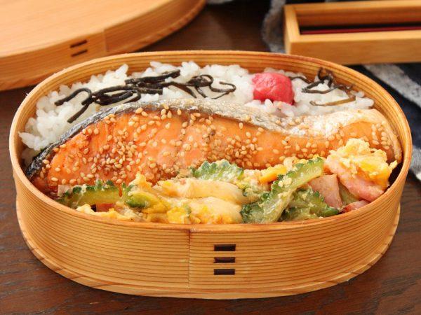 夏のスピードおかず!「塩鮭のごま焼き」「ゴーヤチャンプルー」2品弁当