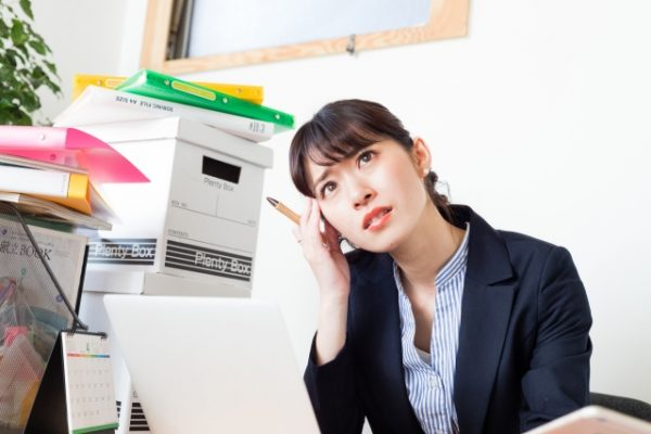 忙しく働く女性