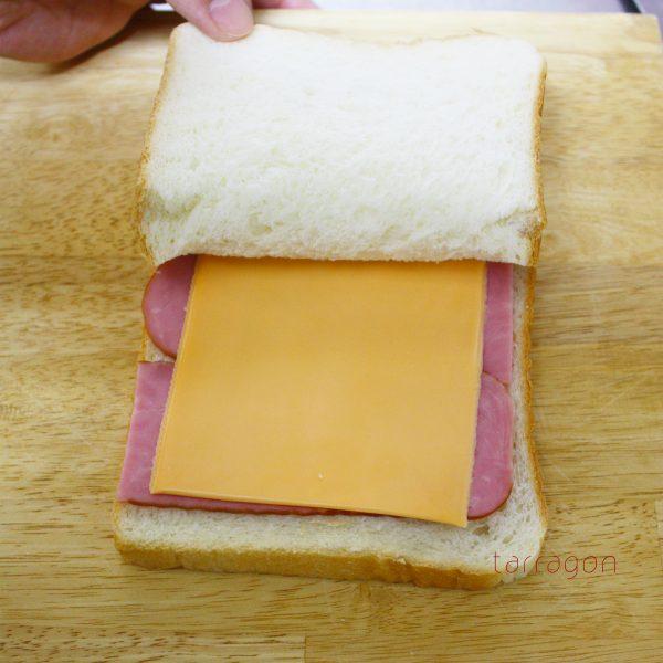 食パンとハムとチーズ