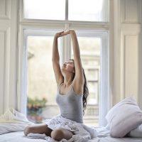 自信を持って1日をスタートしよう♪ツヤ肌を作る「早寝早起き」のコツ